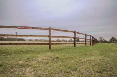 Grands stock de bois permanent toute l'année au depot de l'entreprise Clotures Bois Boscher à MOYAUX 14590 Normandie France