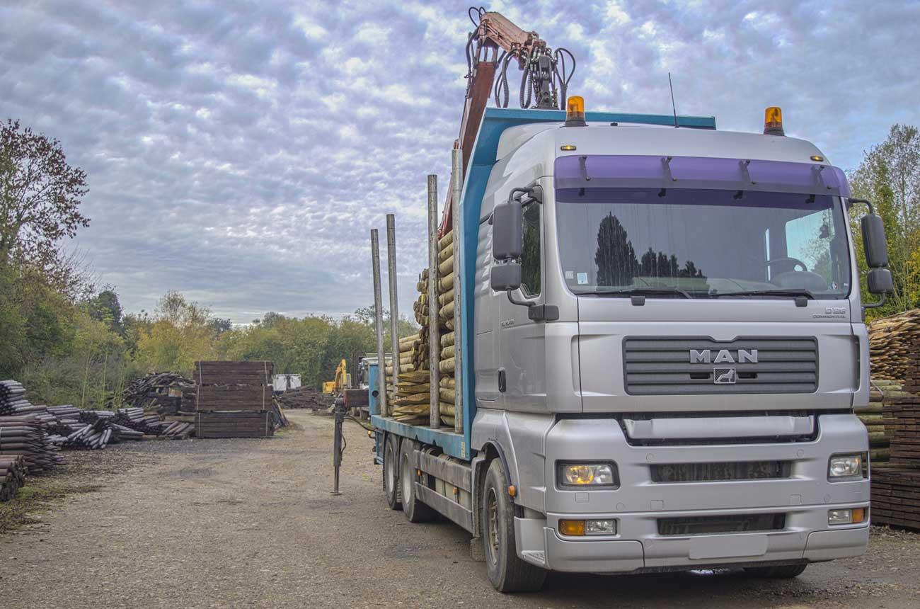 Camion pour le transport du bois toute sections avec bras articulé, de l'entreprise Cloture Bois Boscher à MOYAUX 14590 Normandie France